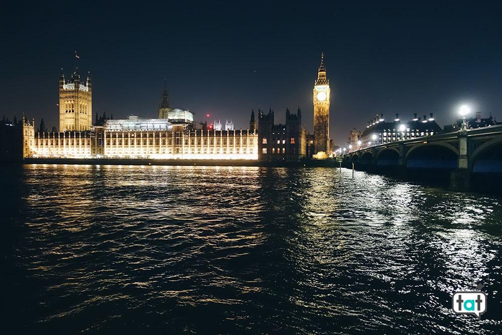veduta del parlamento di sera