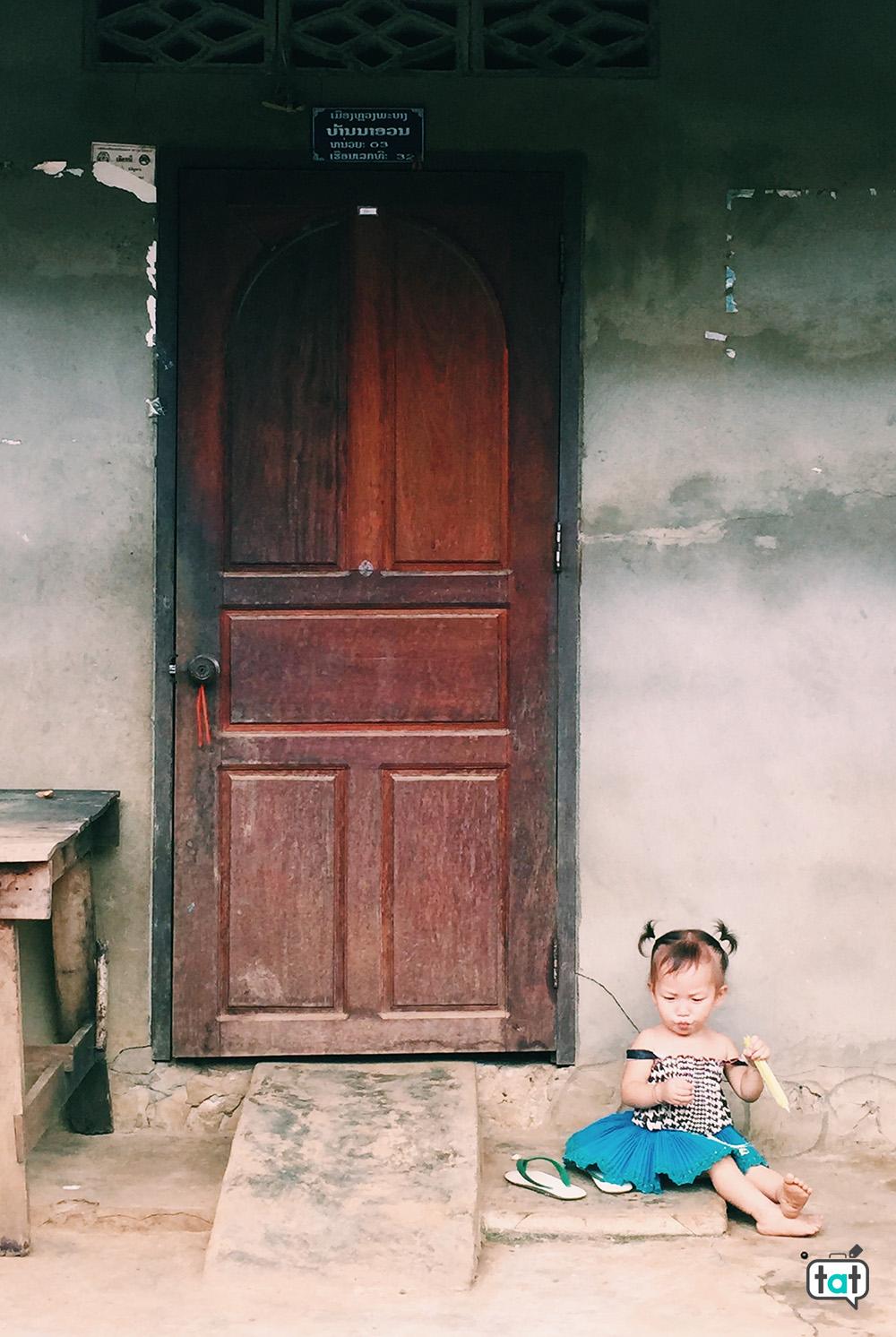 bambina in Laos